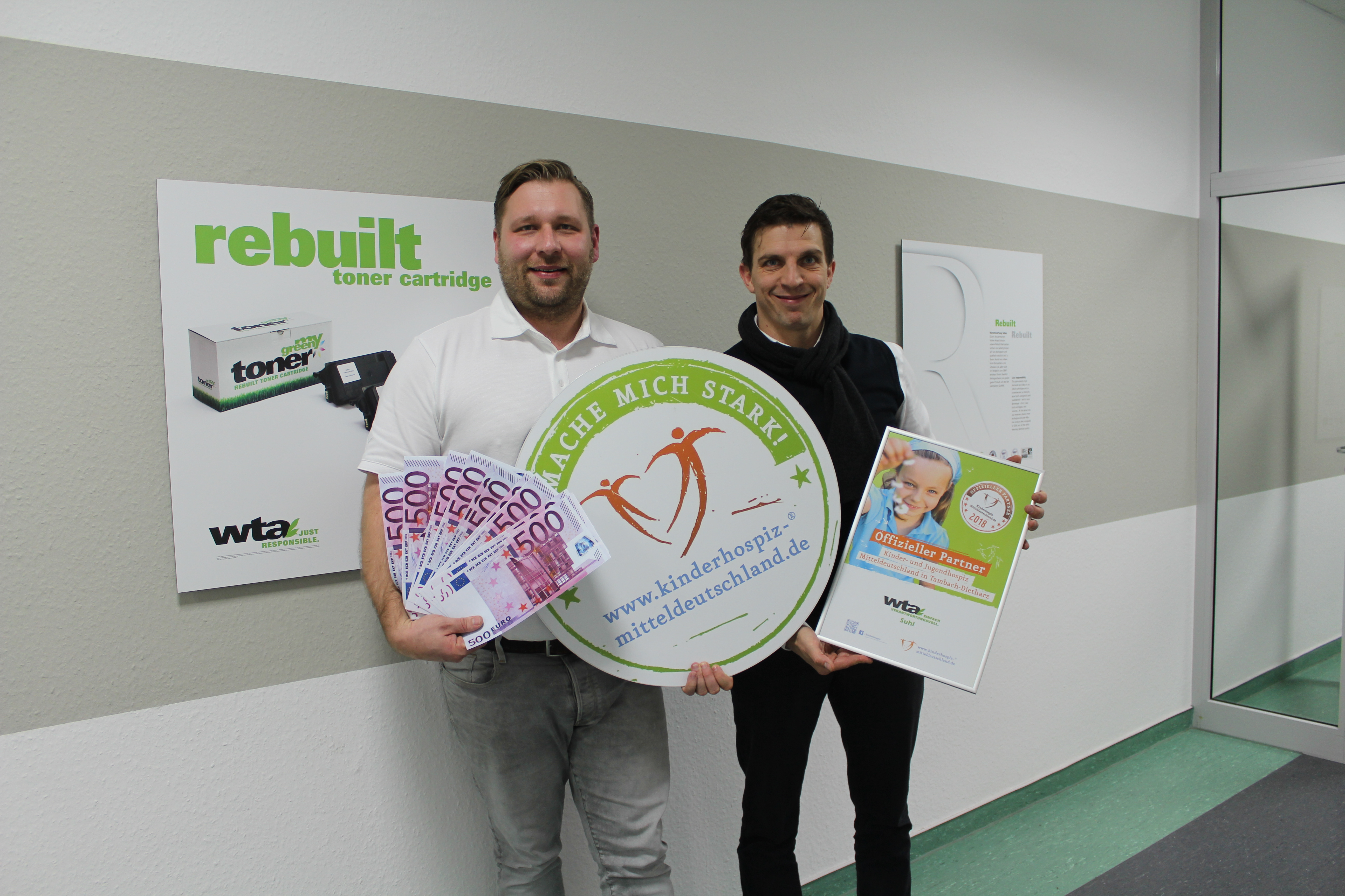 Carsten Weser, Geschäftsführer der wta Suhl, übergibt Spende an das Kinder- und Jugendhospiz Mitteldeutschland in Tambach-Dietharz